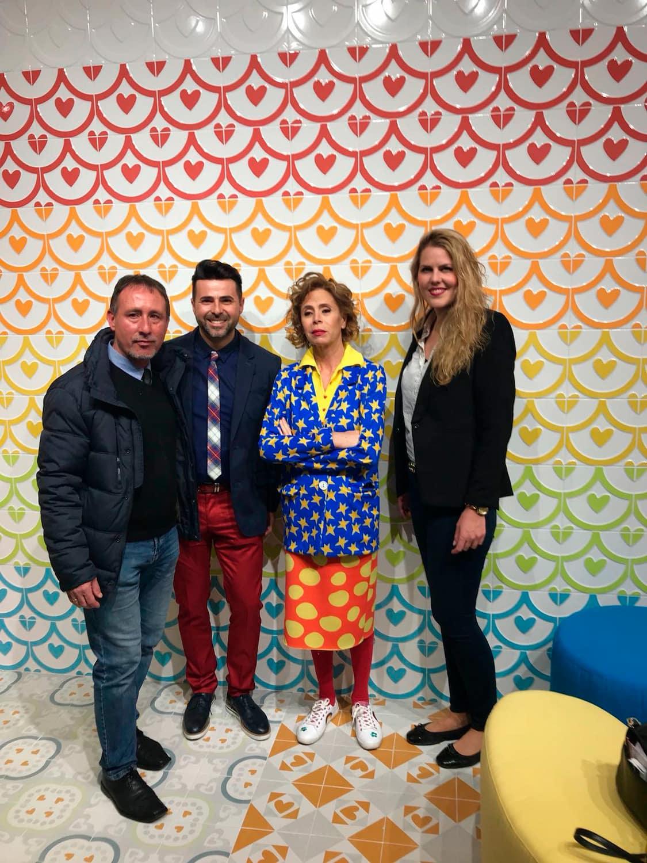Ágatha Ruíz de la Prada con nuestros compañeros. Al fondo, su diseño más representativo