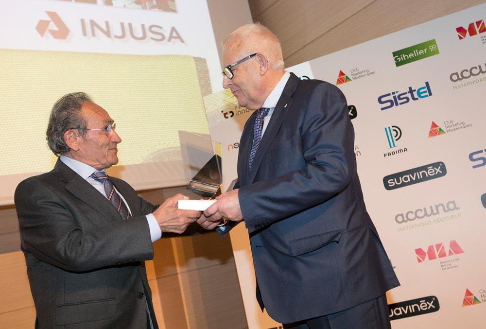 Premios MIA a la Mejor Trayectoria Profesional: Antonio Luís Berbegal, presidente de Injursa, entregado por el ganador del año anterior Juan Perán , presidente y fundador del Grupo Pikolinos.