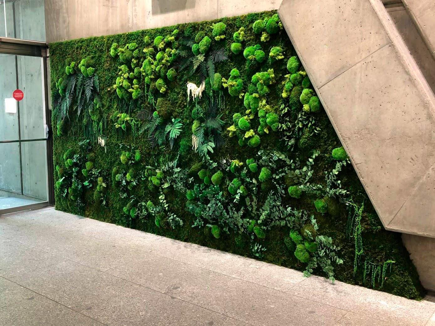 jardín vertical en la entrada
